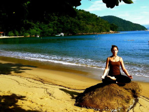 ardha-padmsana-yoga-beach-island-retreat-green-stone-journeys-wellness-tours-ilha-grande