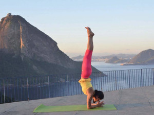 green-stone-journeys-wellness-tours-brazil-sa-souza-handstand